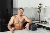 Mężczyzna odpoczynek w kuchni. — Zdjęcie stockowe