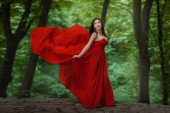 Girl in red on the edge of a precipice. — Stock Photo