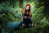 Beautiful girl is in the fairy forest. — Stock Photo