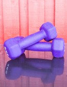 Purper fitness dumbbells  — Zdjęcie stockowe