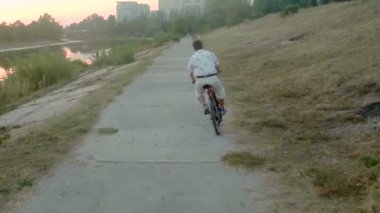 Man riding bicycle in park alley — Stock Video