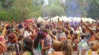 Dancing crowd covered in colorful paint — Stock Video