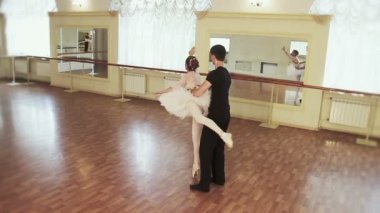 Couple practicing ballet moves — Wideo stockowe