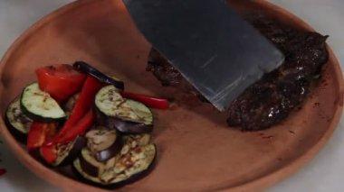 Cook serving   steak — Vídeo de stock