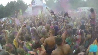 Sprinkling colored powder in crowd — Stock Video
