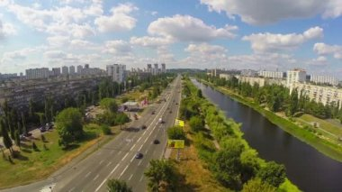 Road and river in green residential area — Vídeo Stock