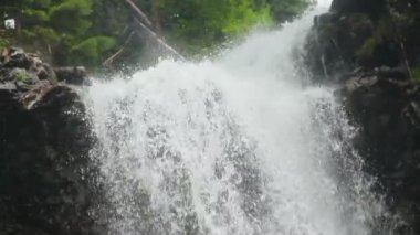 Waterfall water splashing against the rocks — Vídeo Stock