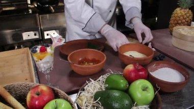 Chef decorating   dessert — Stock Video