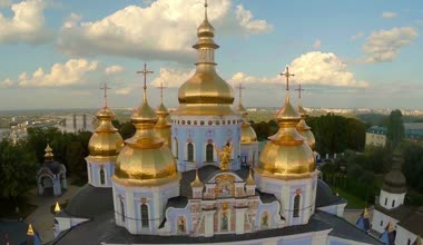 Church with golden domes and crosses — Stock Video
