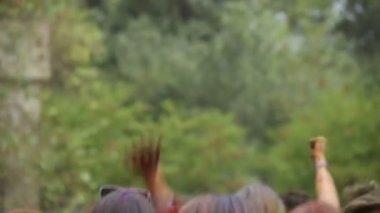 Crowd throwing hands up in air — Vidéo