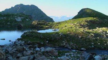 Peaceful shore mountain lake — Video Stock