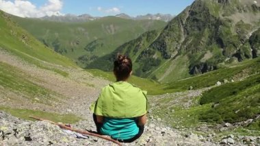 Woman meditating in mountains — Vídeo de stock