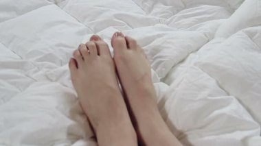 Delicate female feet moving — Stock Video