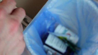 бросок медикаментов в мусор — Стоковое видео