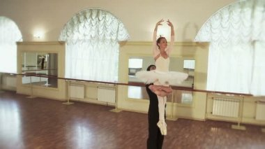 Couple practicing ballet moves — Stock Video