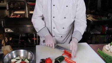 Chef  slicing  vegetables — 图库视频影像