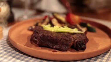 Presentation of grilled steak on plate — Stock Video
