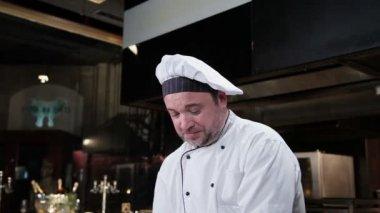 Cook making dessert — Stock Video