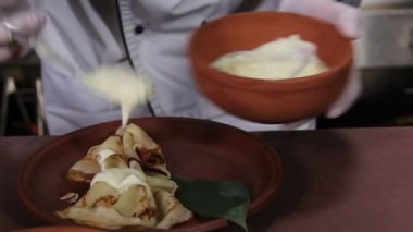 Cook flavoring  pancakes — Stock Video