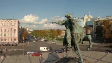 Aerial shot of monument to Ukrainian leader — Stock Video