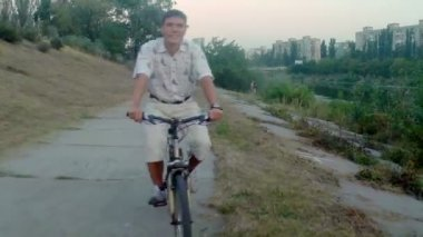 Smiling man riding bicycle — Vidéo