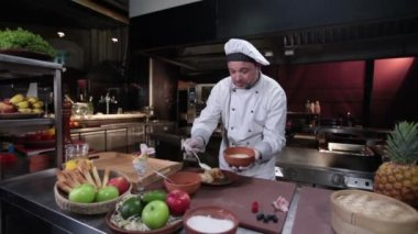 Cook decorating pancakes — Stock Video