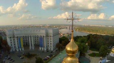Church, crosses and Ukrainian Parliament — Stock Video