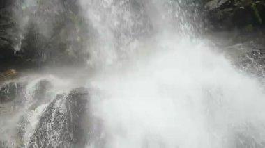 Turbulent stream splashing against the rocks — Stock Video