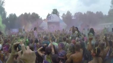 Powder paint above people's heads — Stock Video