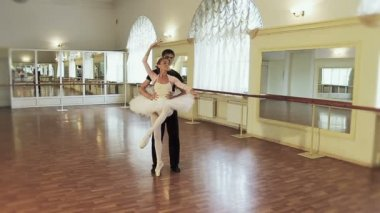 Man and woman rehearse ballet — Stock Video