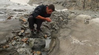 Tourist drinking water from the mountain — Stock Video
