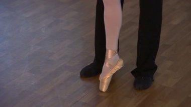 Couple's feet on the dance floor — Stock Video