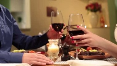 Couple clinking wine glasses in restaurant — Stock Video