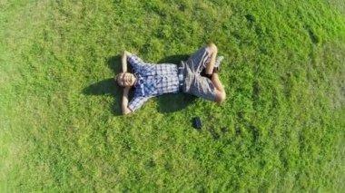 Man liggen op gras — Stockvideo