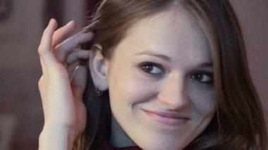 Smiling woman posing — Stock Video