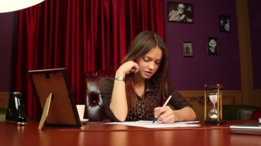 Businesswoman making notes — Stockvideo