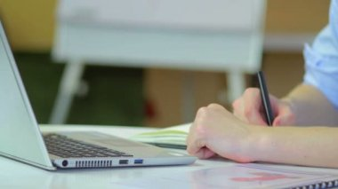 Podnikatel psaní na notebooku — Stock video
