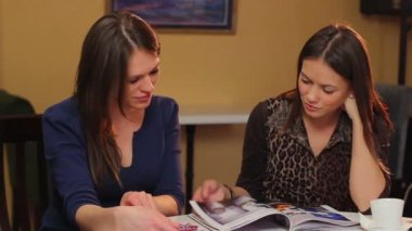 Women reading magazines — Stock Video