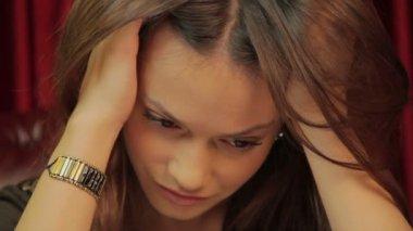 Joven mujer cansada — Vídeo de stock