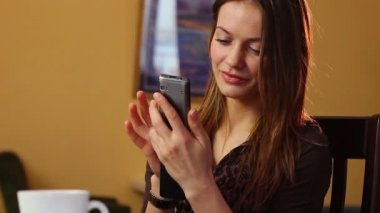 Mujer escribiendo sms — Vídeo de Stock