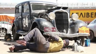 Repairman under vehicle — Stok video