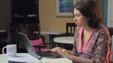 Woman browses internet for relationships — Stock Video