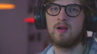 Man luisteren muziek in hoofdtelefoon — Stockvideo