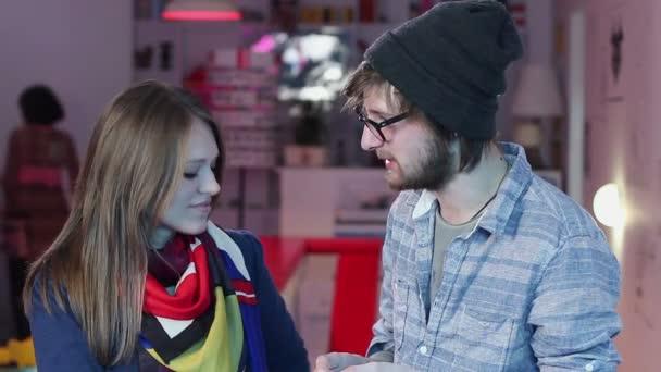 People exchanging phone numbers — Vidéo