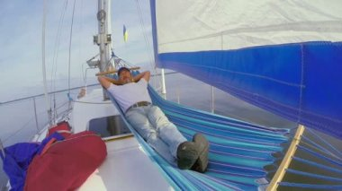 Man sleeping in hammock on yacht — Stock Video