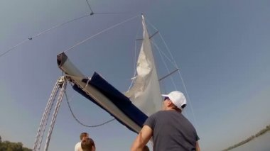 Crew putting sails up — Stockvideo
