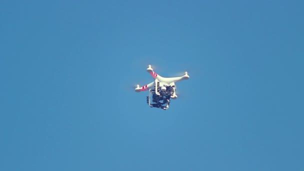 Drone volant dans le ciel — Vidéo