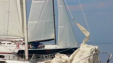 Sailing yacht moving at high speed — Stock Video