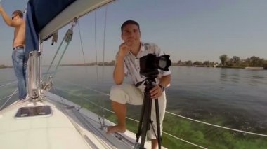 Male tourists on yacht — Stock Video