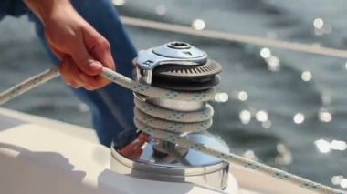 Yachtsman tying sail ropes — Stock Video